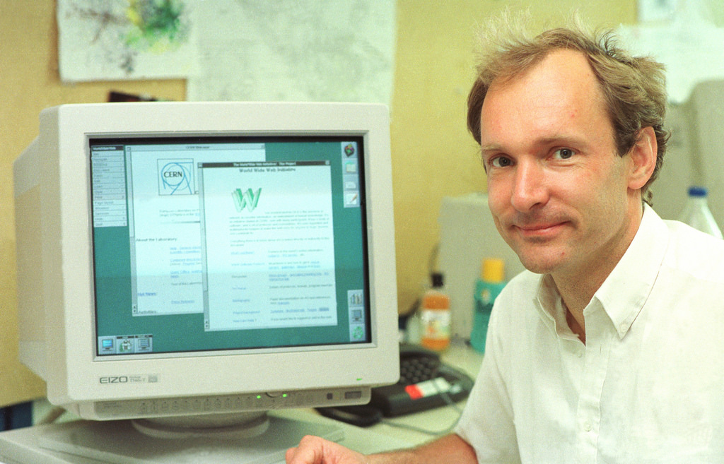 photo de sir Tim Berners Lee devant un vieil ordinateur